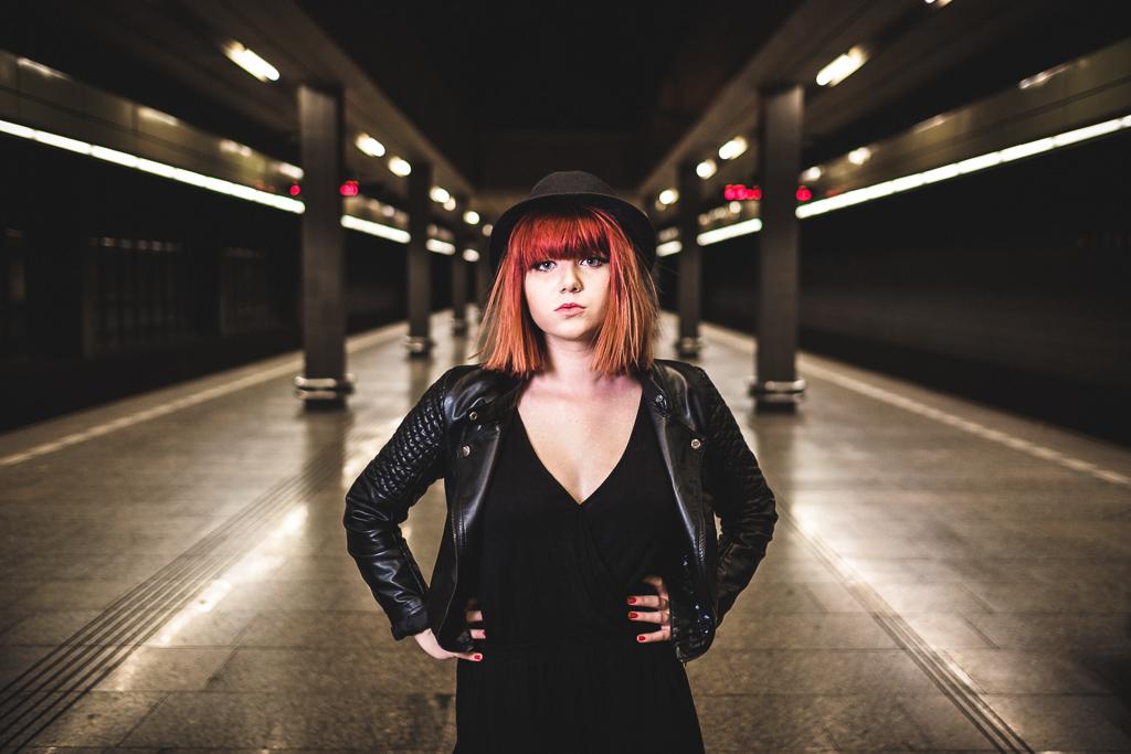 Dívka v metru